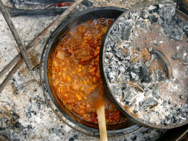 Campfire Cooking: How To Make Chili In A Dutch Oven ...