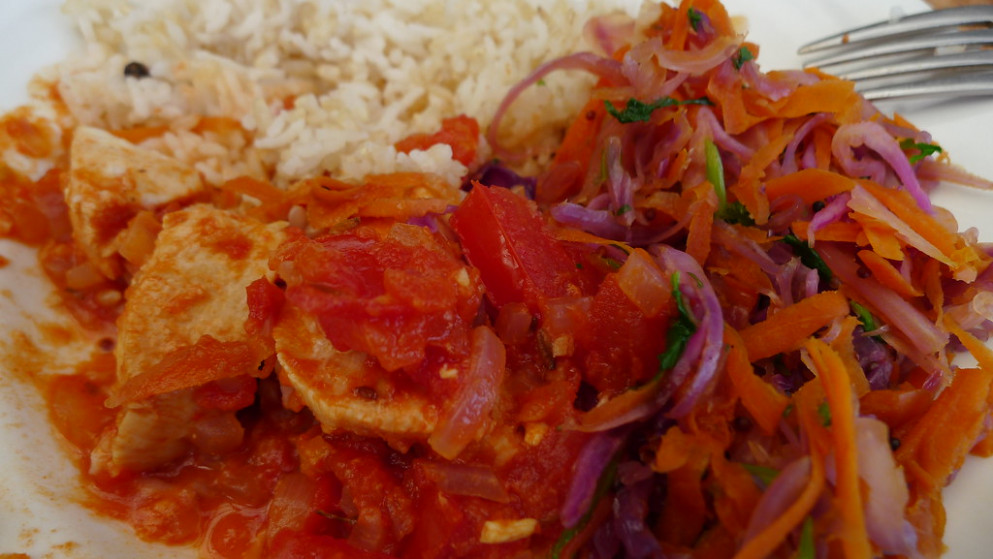 Chicken with tomato, carrots and cabbage, rice