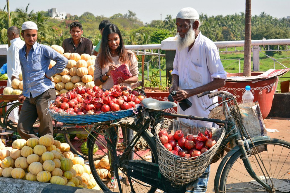 India - Telangana - Hyderabad - Market - Pomegranate Seller - 1