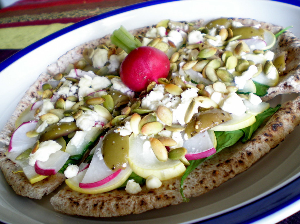 Quick and Cheap Dinner: Garden Pita Pizza